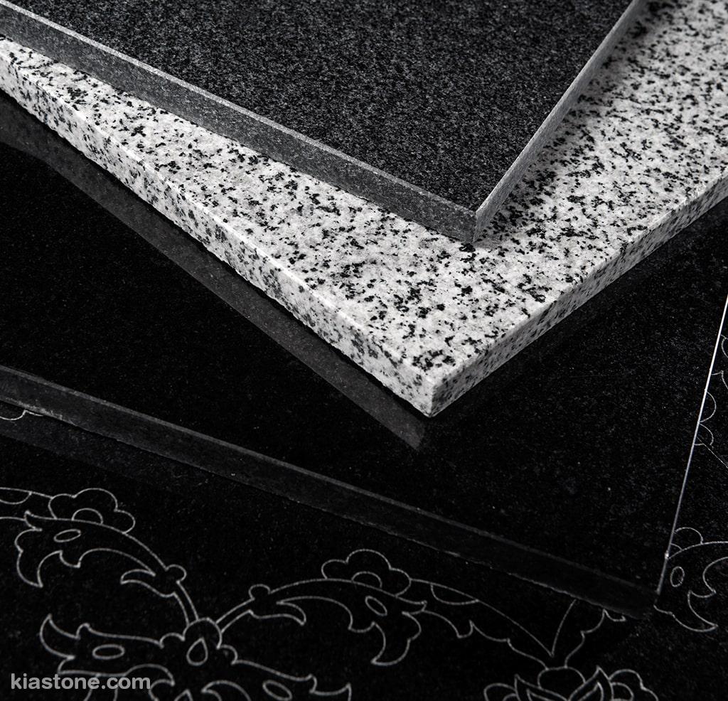 از تفاوتهای ویژهی سنگ گرانیت نطنز میتوان به رنگ آن اشاره کرد. رنگ اصلی این سنگ مشکی است.